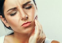 Atenție la sângerarea gingiilor și la aspectul limbii pentru că pot ascunde un cancer oral