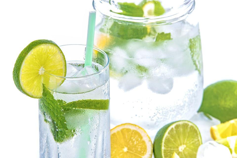 Cum și câtă apă să bei ca să slăbești?