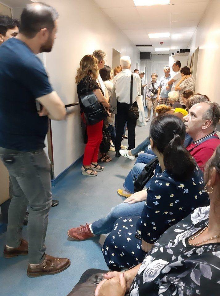 Pacienții români cu scleroză multiplă, forțați să stea la cozi interminabile, pe holurile spitalului