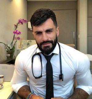 Cât de des ai merge la control dacă medicul tău ar arăta așa? Topul celor mai atrăgători doctori din lume