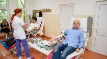 Emil Boc împreună cu alți angajați ai Primăriei Cluj-Napoca au donat sânge și încurajează oamenii să le urmeze exemplul