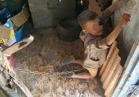 Descoperire îngrozitoare. Un copilaș de șase ani era legat în grajd și biciuit de tatăl său