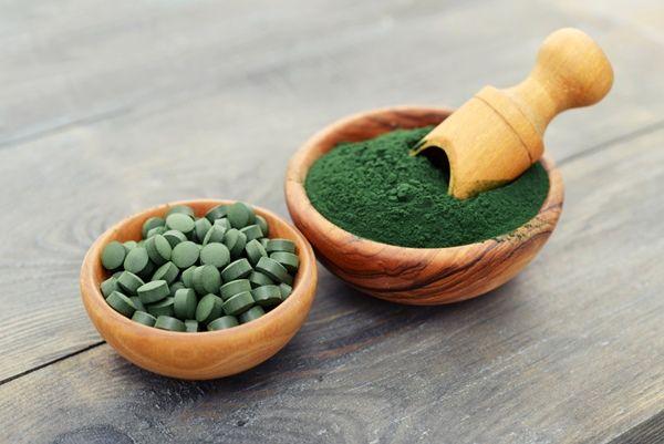 Spirulina, una dintre cele mai bune proteine vegetale. Bogată în fier și calciu, cui se recomandă?