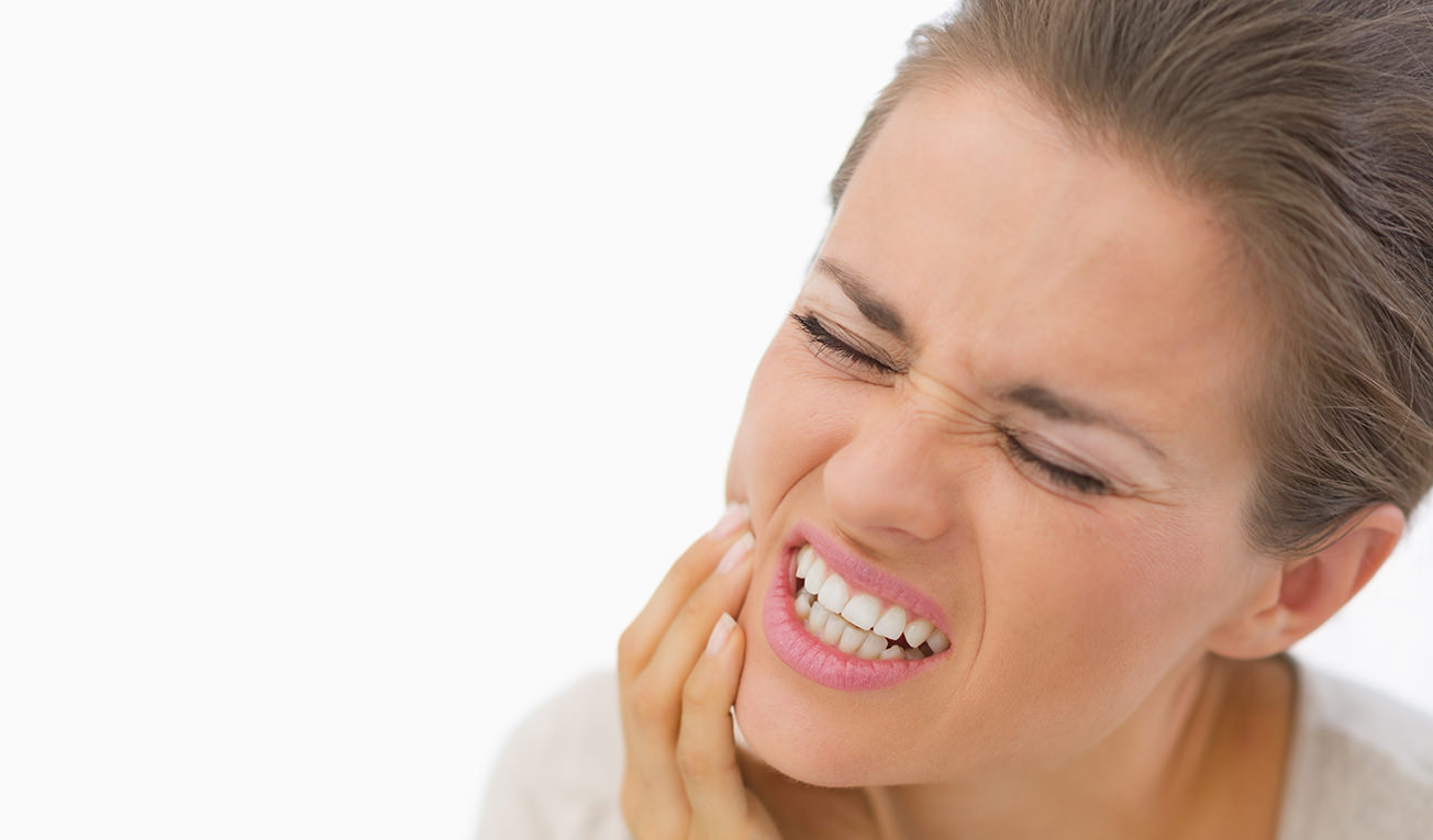Durerile de dinți pot apărea și când nu ai carii. Care sunt cele mai posibile cauze?