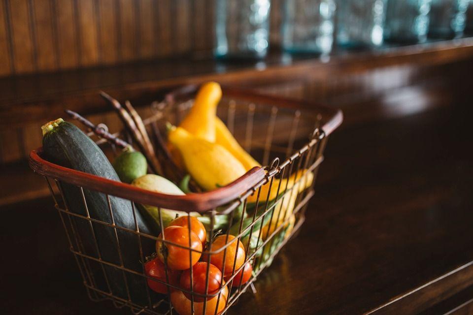 """De ce e mai sănătos să cumpărăm produse românești. Medic: """"Alimentele aduse din alte țări sunt îmbibate în petrol"""""""