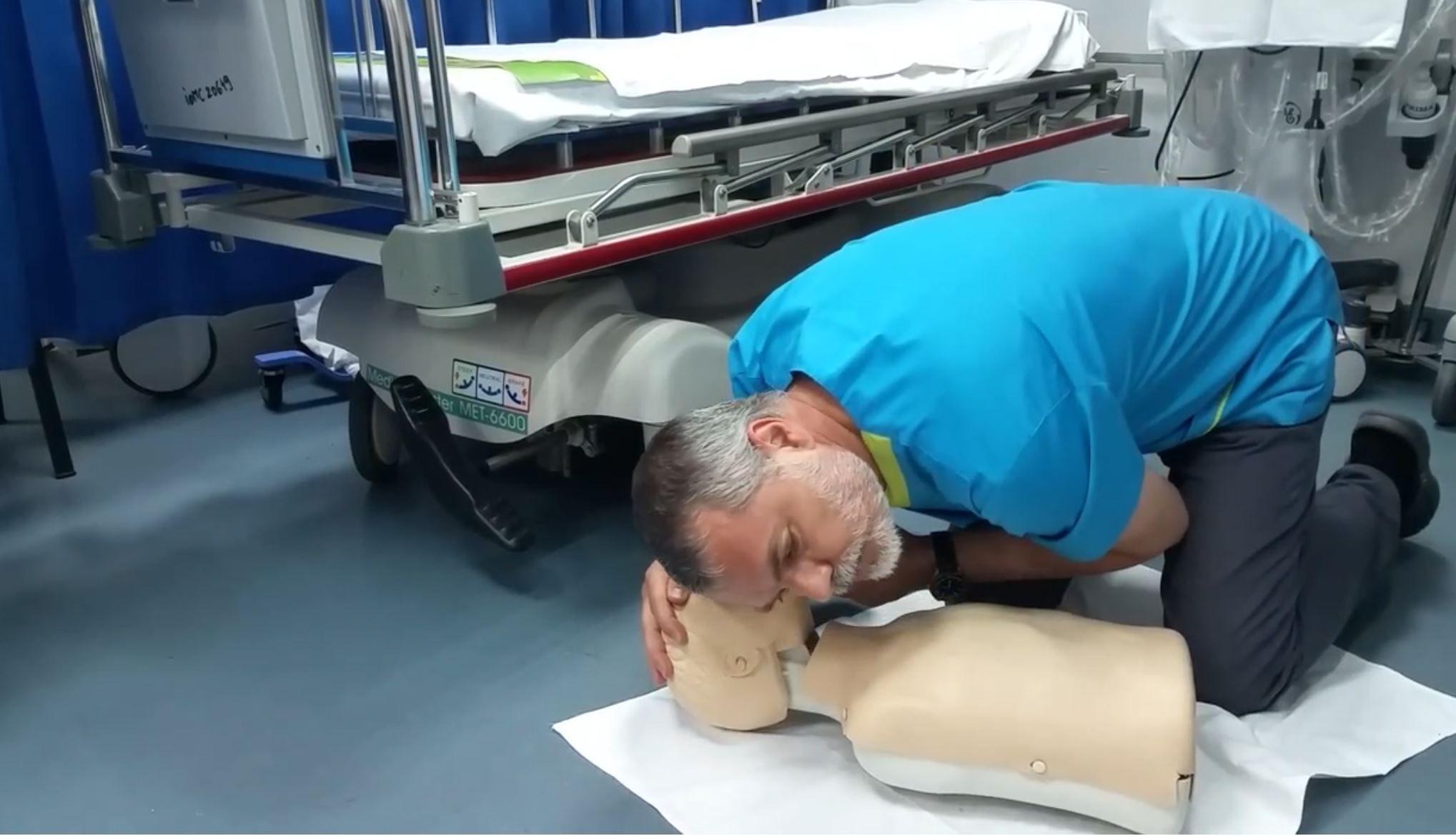 Pediatrul Mihai Craiu: Cum ajuți copilul care face stop cardiac. 10 pași vitali cu care îi poți salva viața