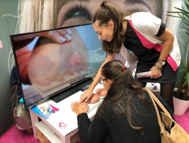 Peste 1000 de femei au învățat să își autopalpeze corect sânii, pentru a descoperi din timp un eventual nodul