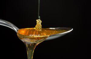 Atenție! Există pe piață miere de albine falsificată cu sodă caustică. Cum deosebești mierea naturală de cea contrafăcută