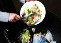 Românii aruncă 6.000 tone de mâncare zilnic, în timp ce 66% din familii nu au ce mânca
