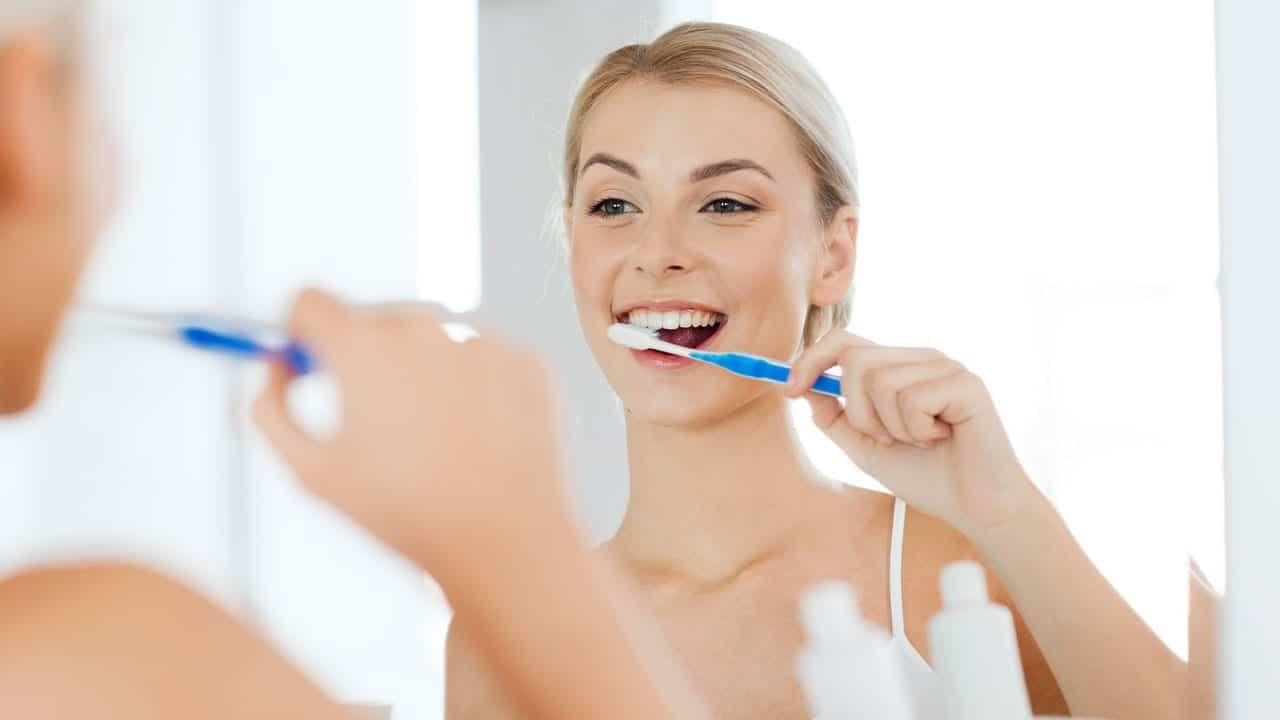 Ce riscăm dacă nu ne curățăm corect dinții! Atenție, e vorba de probleme serioase de sănătate