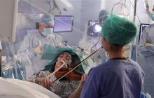 A cântat la vioară în timp ce era operată pe creier