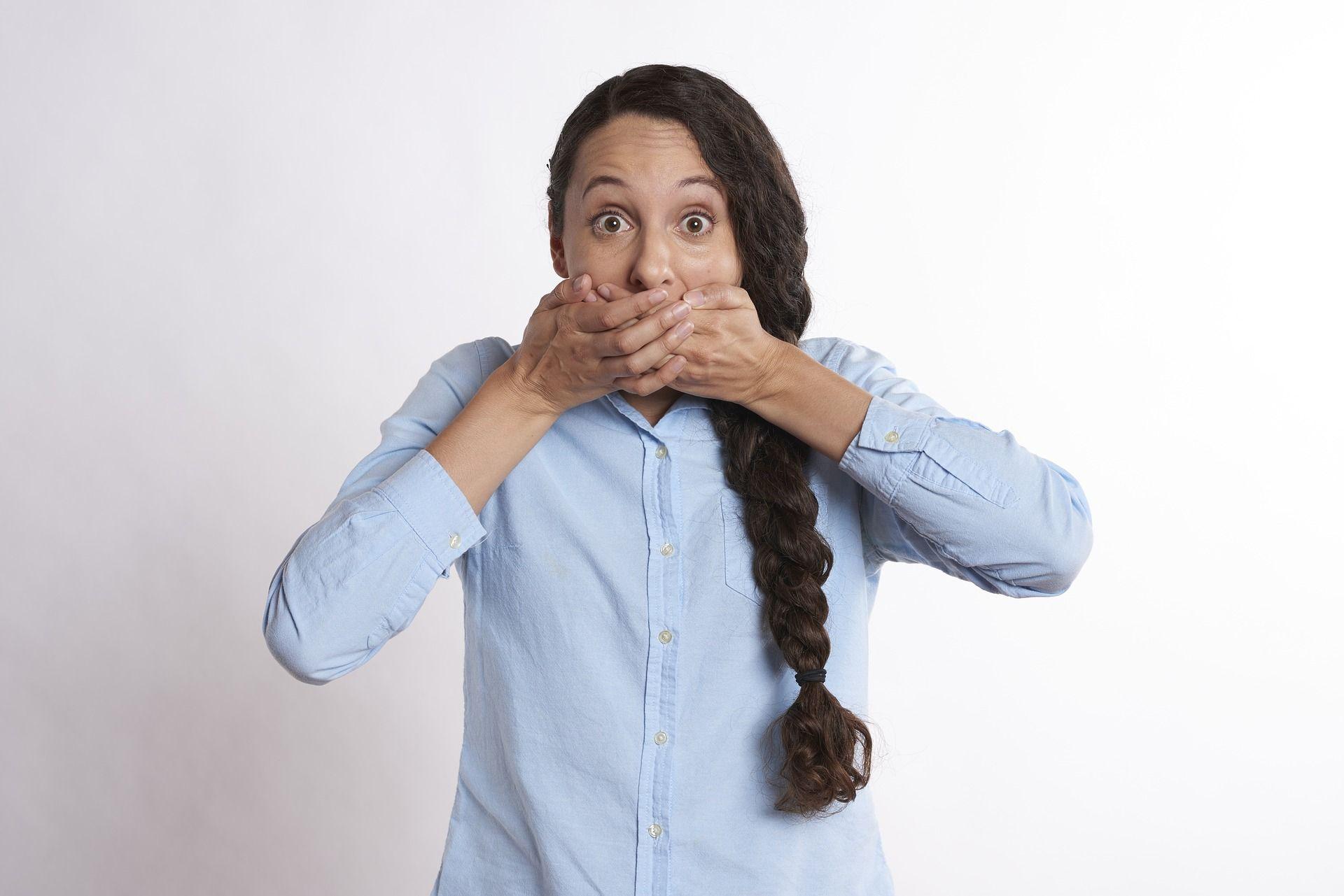 Halena (halitoza) sau respirația urât mirositoare: care sunt cauzele?