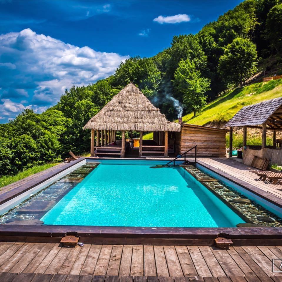 10 pensiuni din România cu piscină exterioară care arată ca destinațiile exotice