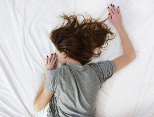 De ce nu e bine să dormi pe burtă și care e cea mai sănătoasă poziție de somn