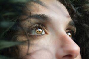 Cancerul de piele. Cum îți examinezi pielea acasă, folosind o oglindă?