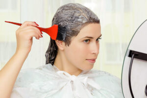"""Cosmeticienii britanici, semnal de alarmă: """"Aveți Covid? Nu vă vopsiți părul!"""" Iată de ce"""